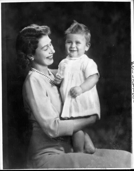 La princesse Elizabeth prend la pause pour la première photo d'anniversaire de Charles, en novembre 1949