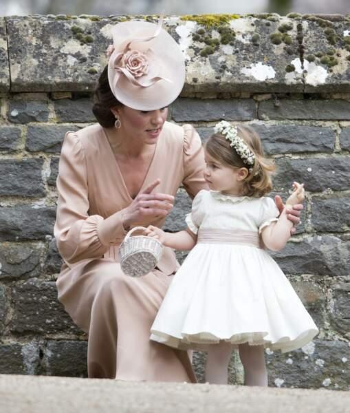 Déclinaison de rose et de beige pour Kate (en Alexander McQueen) et Charlotte au mariage de Pippa le 20 mai 2017