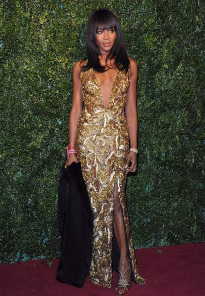 Naomi Campbell somptueuse dans une robe doré