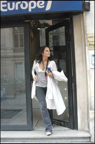 Faustine Bollaert en cool attitude le 2 octobre 2007 à Paris
