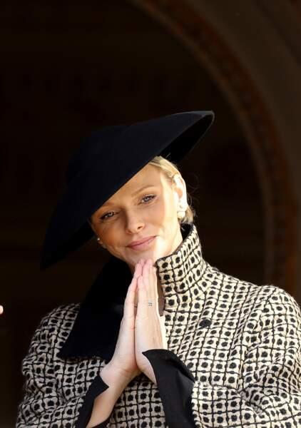 La princesse Charlene de Monaco très élégante avec son manteau damier Akris