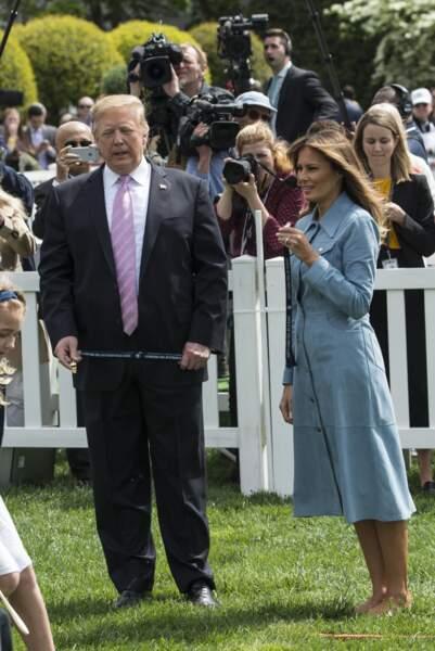 Donald Trump et Melania Trump quasi à la même taille puisqu'elle ne porte pas d'escarpins mais des ballerines