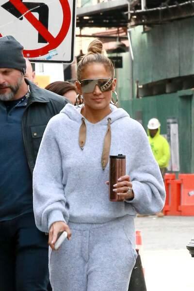 Jennifer Lopez ne quitte plus son chignon bun quoi qu'elle fasse ici à New York le 28 mars 2019.