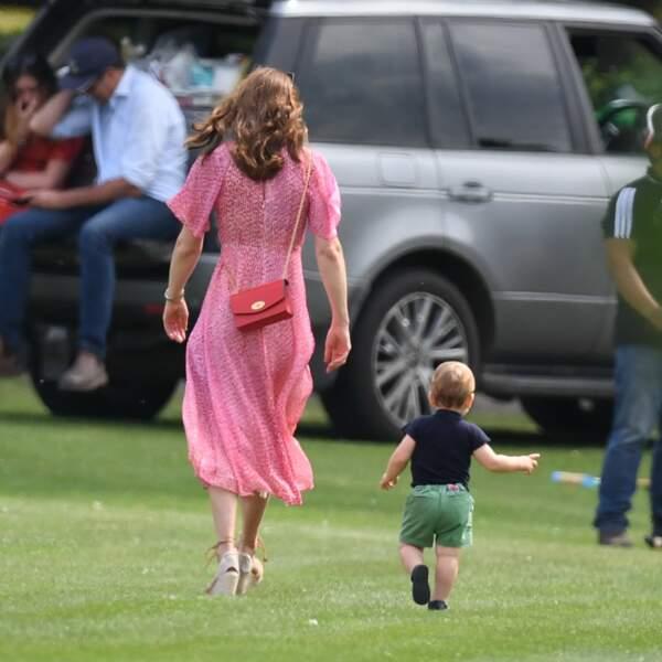 Kate porte un sac Mulberry assorti à sa robe