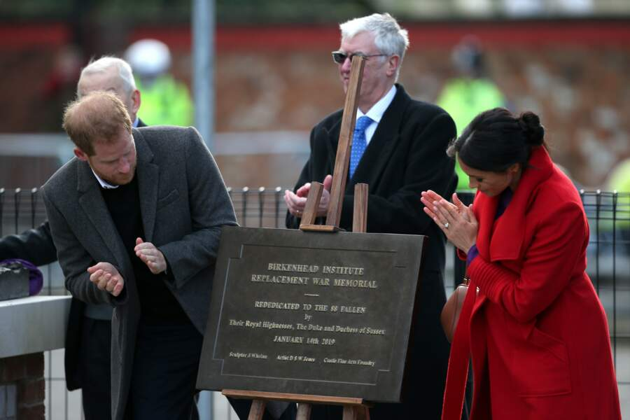 Les époux ont commencé par découvrir une plaque en hommage au poète Wilfred Owen