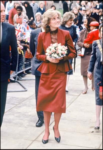 La princesse Diana en ensemble bordeaux à basques, en 1985 à Broadwater Farm