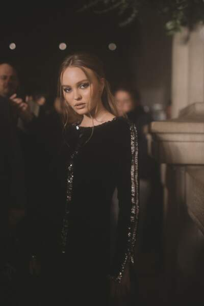 Lily Rose Depp a choisi des petites créoles pour assister au défilé Chanel Métiers d'Art.