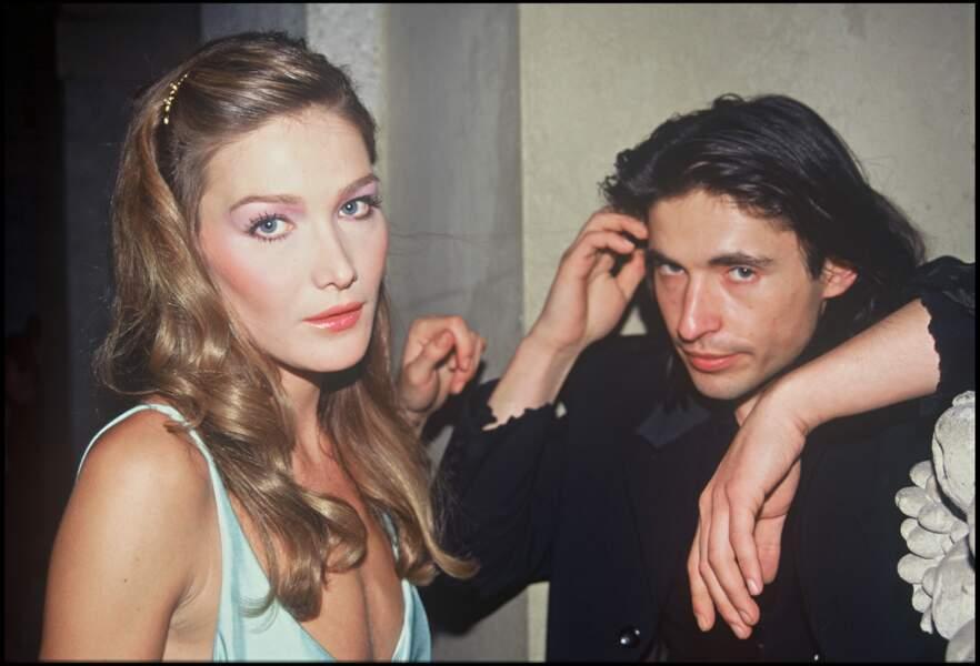 Carla Bruni et ses cheveux longs châtain clair, accessoirisés d'une barrette, en 1994 à Milan
