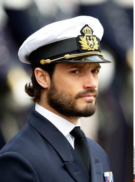 On ne peut pas nier le charme de l'uniforme en voyant Carl-Philip le porter