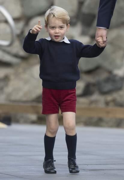 Le prince George a toujours un petit pull bleu pour par-dessus ses chemisettes