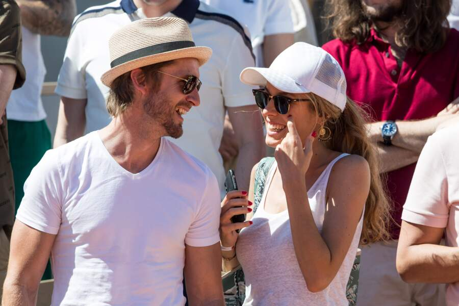 Elodie Fontan et Philippe Lacheau se sont affichés très complices dans les tribunes de Roland Garros