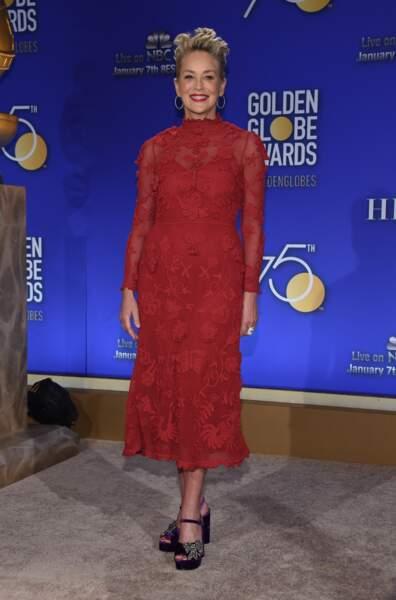 Sharon Stone : une robe rouge et des cheveux courts coiffés en brosse