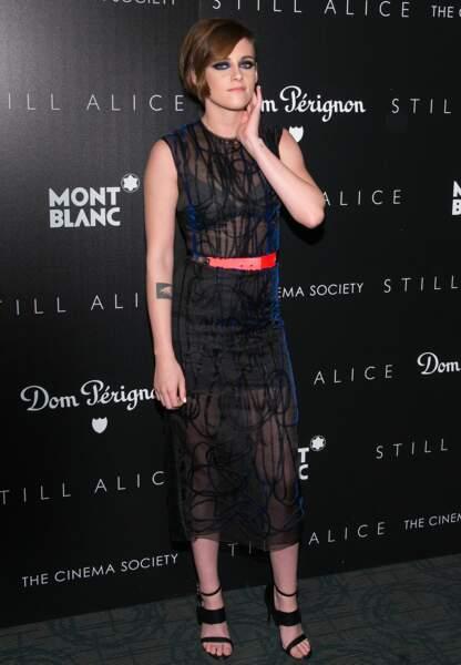 Mise en beauté électrique assortie à sa robe Roksanda pour Kristen Stewart