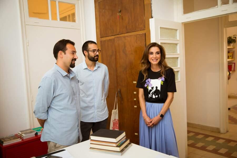 Pour l'occasion, Rania de Jordanie portait une jupe bleue plissée mixée à un t-shirt noir imprimé