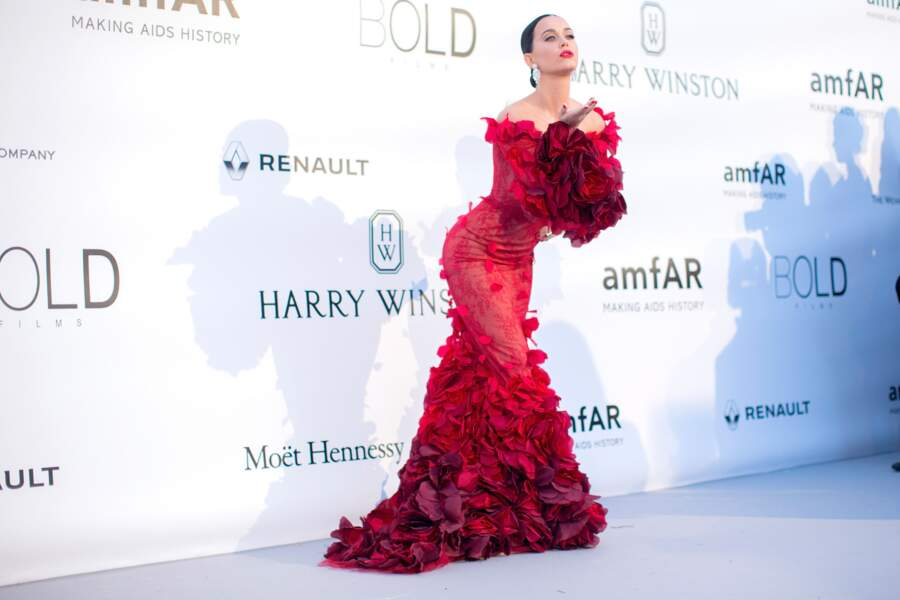 Katy Perry en Marchesa, boucles d'oreilles Lorraine Schwartz, chaussures Giuseppe Zanotti