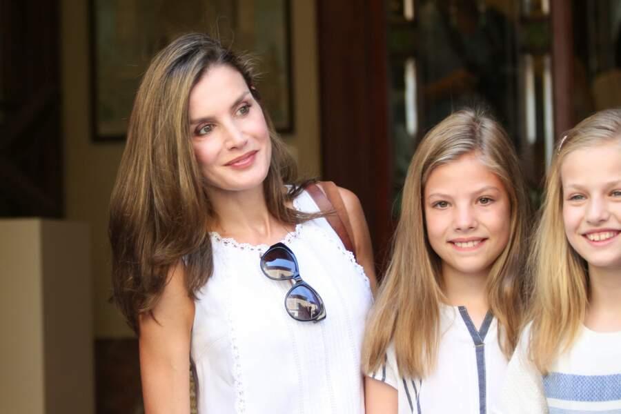 Letizia d'Espagne, princesse Leonor et princesse Sofia tout sourire lors de leur sortie en famille