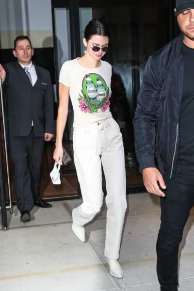 Le total blanc : Kendall Jenner le signe cet été, soit à la ville, entre bottines, jeans et top imprimé...