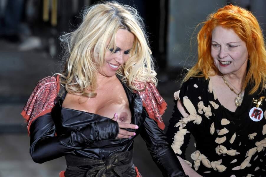 Pamela Anderson dévoile son sein au défilé Vivienne Westwood à Paris en 2009