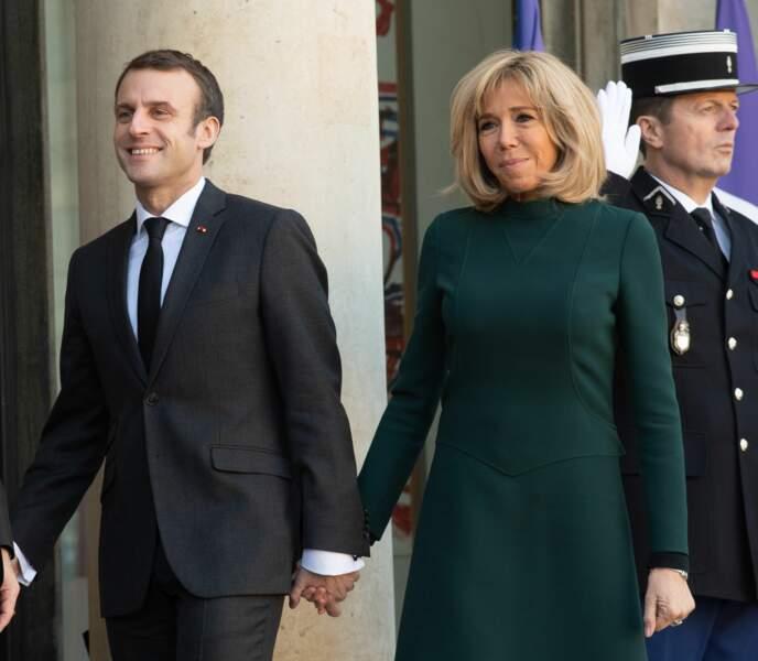 Brigitte Macron souriante à l'Elysée et main dans la main avec son mari Emmanuel Macron