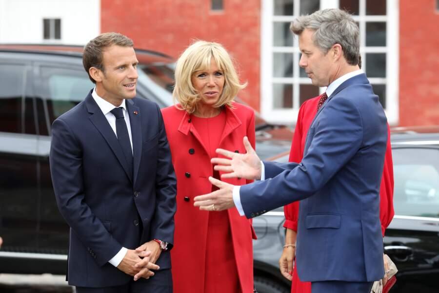 Brigitte Macron en total look Louis Vuitton rouge avec un manteau par-dessus sa robe