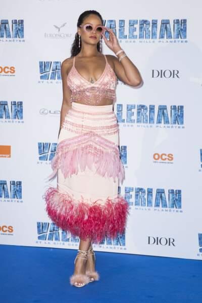 La brassière colorée de Rihanna laisse apparaître ses nombreux tatouages sur le buste