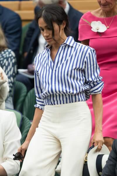 Meghan Markle avec de nombreuses mèches folles et un chignon flou à Wimbledon
