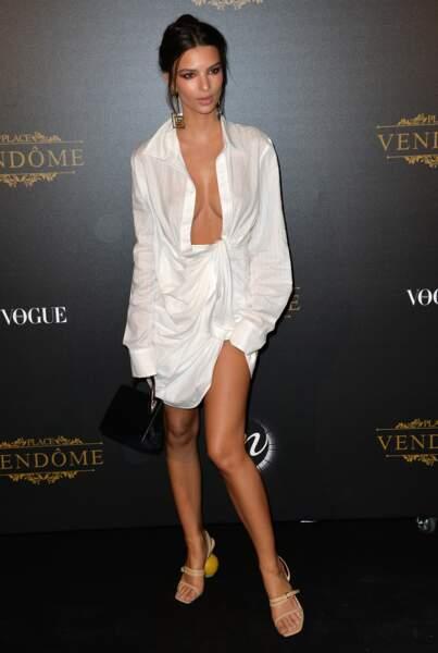 Emily Ratajkowski en robe chemise extra loose, au Grand Palais à Paris le 1er octobre 2017