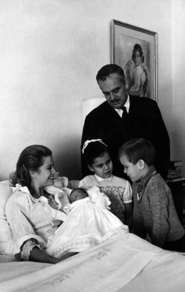 La princesse Stéphanie de Monaco, 2 jours, en famille à la maternité de Monaco, le 4 février 1965