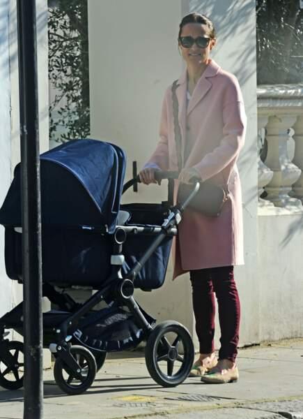 Pippa Middleton, profitant du soleil avec son fils Arthur, à Londres, le 27 février 2019