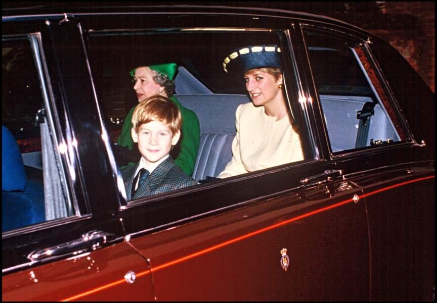 Le prince Harry, tout sourire, avec sa grand-mère Elizabeth d'Angleterre et sa mère Lady Diana, en 1991