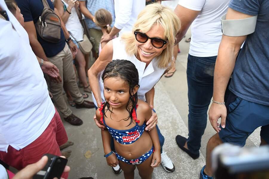 La Première dame tout sourire auprès des enfants.