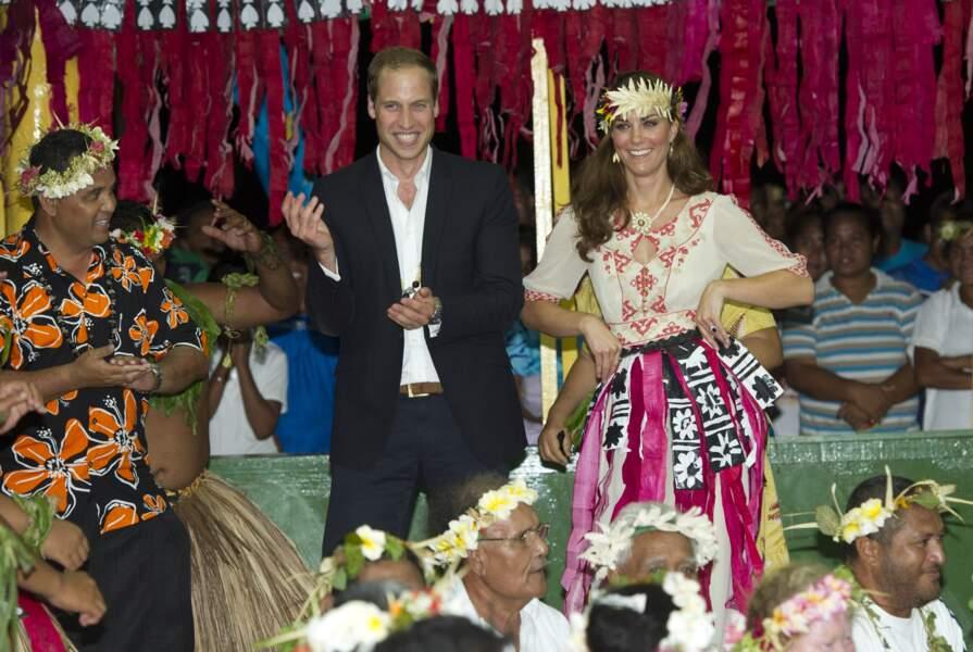 William et Kate se lancent dans une danse traditionnelle sur l'archipel de Tuvalu, le 18 septembre 2012