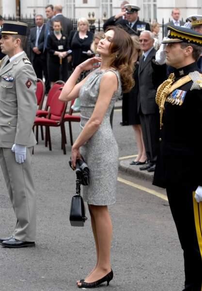 Carla Bruni et ses cheveux longs bouclés à Londres en 2010