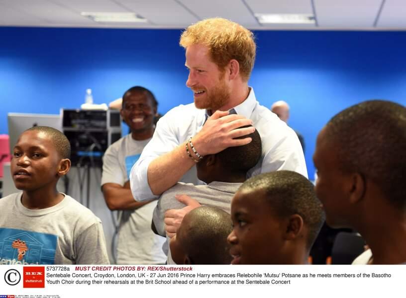 Harry prend un jeune ans ses bras