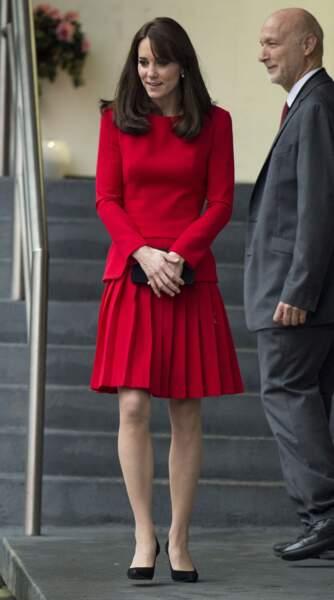 En décembre 2015, la duchesse de Cambridge adopte sa robe rouge fétiche Alexander McQueen