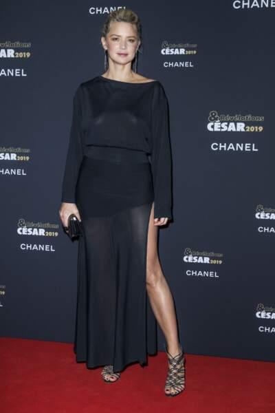 Virginie Efira toujours aussi sexy avec un chignon rock lors de la soirée des révélations des César 2019