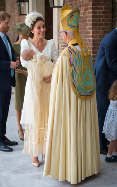 La duchesse de Cambridge parle à l'archevêque de Canterbury Justin Welby avant le baptême du prince Louis