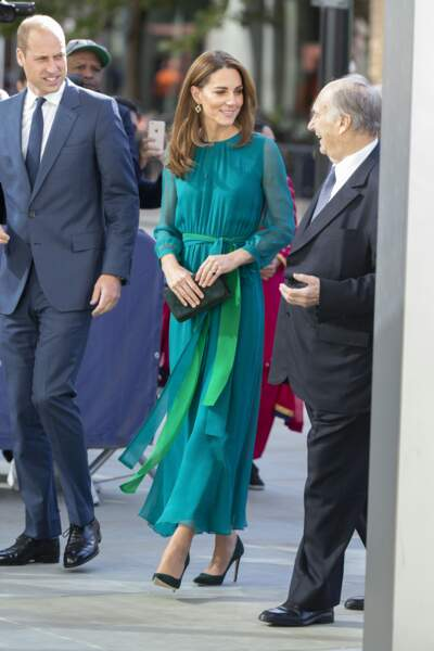 Kate Middleton accessoirise sa robe d'escarpins et d'une pochette Emmy London