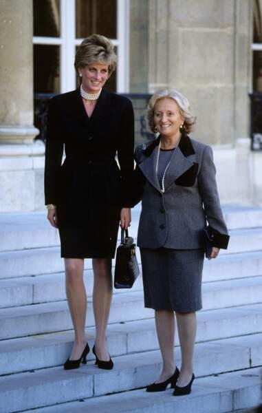 Bernardette, en tailleur gris et collier de perles, accueille la princesse Diana à l'Elysée, en 1995