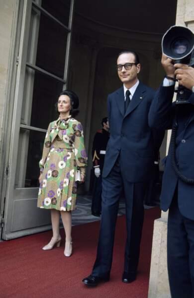 Bernadette, en robe à col lavallière à imprimé fleuri, avec Jacques Chirac à Matignon en 1974