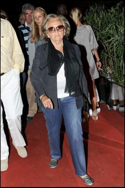 Le look casual de Bernadette Chirac, en veste et jean, lors d'une soirée au Vip Room de Saint Tropez en 2009