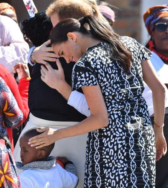 Meghan Markle et le prince Harry multiplient les calins avec les enfants en arrivant au Cap
