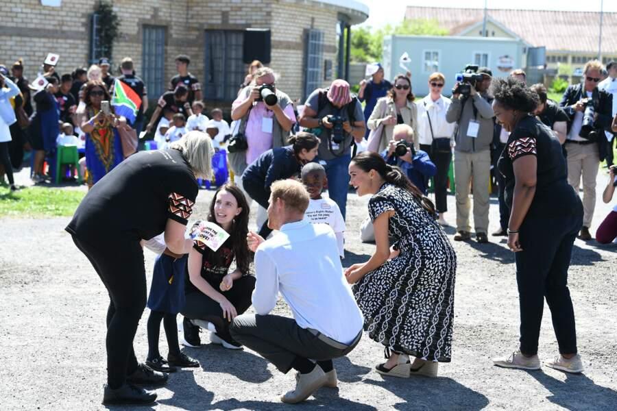 Meghan Markle et le prince Harry multiplient les calins avec les enfants en arrivant à Cape town