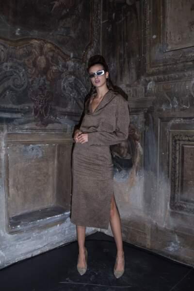 Borbonese ose un brun crème, élégant, sur une robe en satin fluide : une valeur sure.