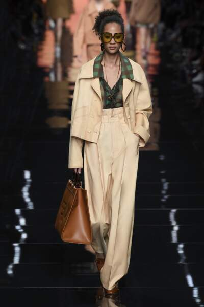 Fendi apporte une touche seventies au costume féminin grâce au col XXL de la chemise.