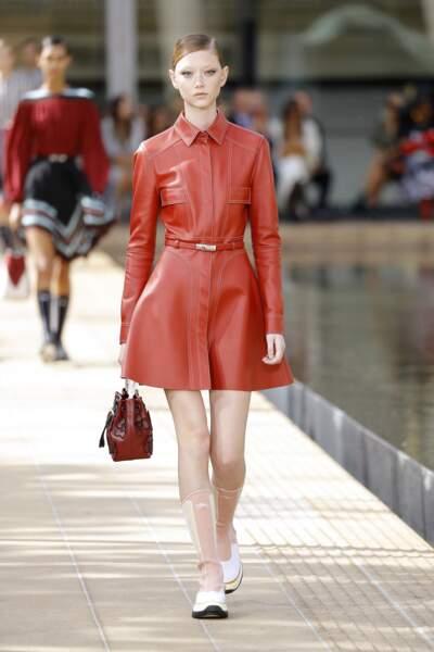 Longchamp réaffirme la couleur corail qu'on imagine parfaitement sur une peau hâlée.