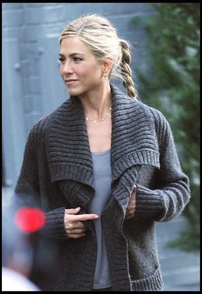 Pour plus d'originalité, adoptez la queue-de-cheval basse tressée de Jennifer Aniston