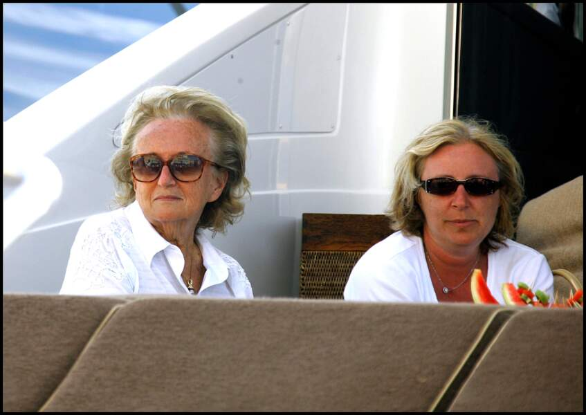 Lunettes fumées et chemise blanche, le look de vacancière de Bernadette Chirac à St Tropez en 2008