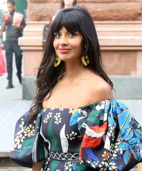 Jameela Jamil affiche une frange rideau épaisse qui souligne son regard