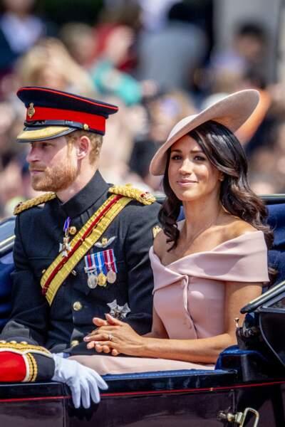 """Lorsque Meghan Markle est apparue au défilé """"Trooping the Colour"""" en robe à épaules dénudées"""